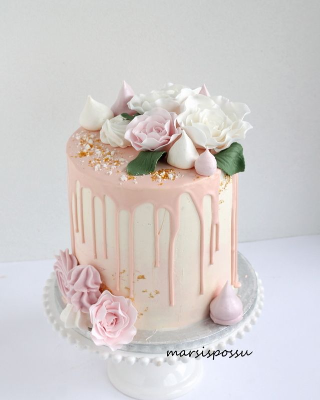 Marsispossu: Drip cake with roses and meringues