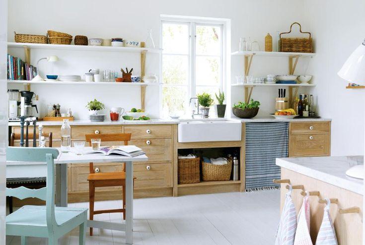 I Tina och Martins kök råder harmoni i färger och material. Atmosfären är lantlig, utan krusiduller. Här är det lätt att bli sittande.