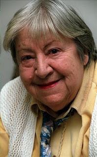 GLORIA FUERTES (1917-1998). Poeta española (no le gustaba que la llamaran poetisa). Estudió biblioteconomía, y de 1958 a 1961 trabajó como bibliotecaria en el International Institute.