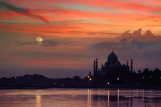 Aiza Tours provides you from Delhi to Agra Overnight tour.  In this trip we will visit  all the monuments of Agra with proper guidance.  Which also include Fahetpur Sikri. visit here:- https://www.tajtourpackages.com/agra-overnight-tour/