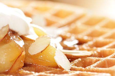 Kókuszos almás gofri  Hozzávalók:  2 tojás 1 evőkanál BANABAN kókusznektár szirup 1 evőkanál vaníliakivonat ½ bögre víz 1 ½ bögre mandulaliszt ½ teáskanál só ½ teáskanál szódabikarbóna 1 teáskanál őrölt fahéj 1 evőkanál BANABAN kókuszliszt ¼ BANABAN pirított kókusz chips   Elkészítés módját  nézd meg a honlapon.