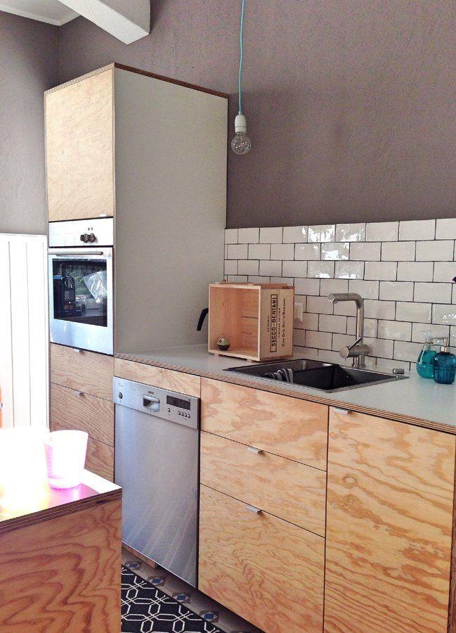 Endlich mal ne Lampe aufgehängt! Nun fehlt nur noch die schöne Prosecco-Kiste an der Wand, für die ich noch eine passende Aufhängung besorgen muss. Eigentlich sollte ein Stringregal mit weißen Leitern die graue Wand schmücken, aber irgendwie war s mir zu viel... Seit dem letzten Besuch beim Lieblingsweinhändler ist die Sache mit der Gestaltung der Wand nun klarer :wink: