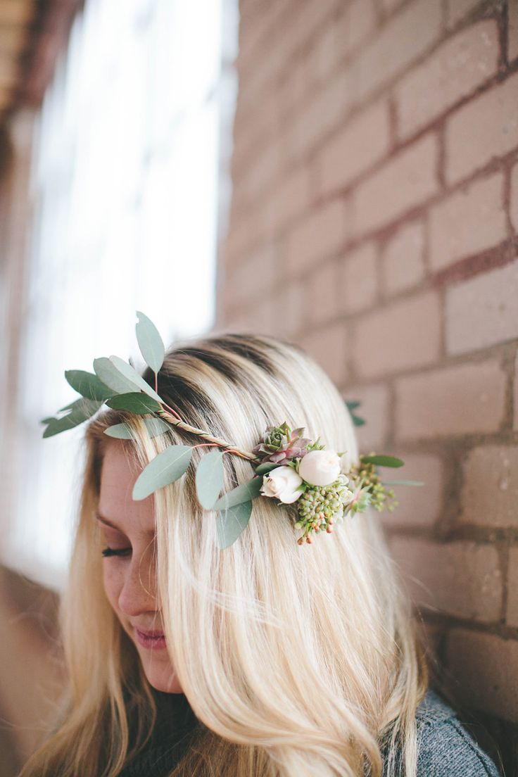 Looking for a quick and easy tutorial to make the asymmetrical flower crown for your wedding? Look no further.