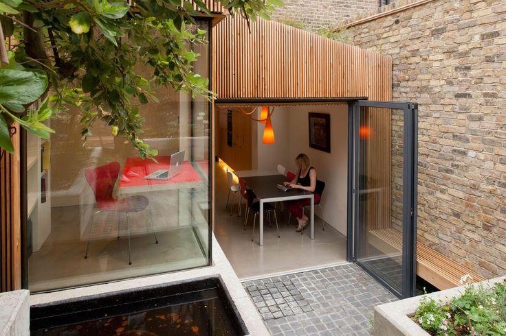 Fraher Architects ha sollevato il seminterrato e il piano terra di una casa londinese ottenendo una migliore condizione di luce e un ampio giardino con veranda-studio 'segreta'.