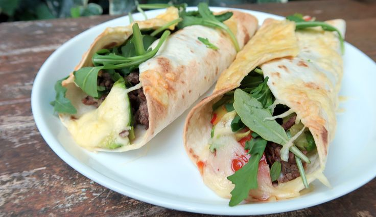 Wraps met gehakt, tomaat, sweet chilisaus, avocado en kaas