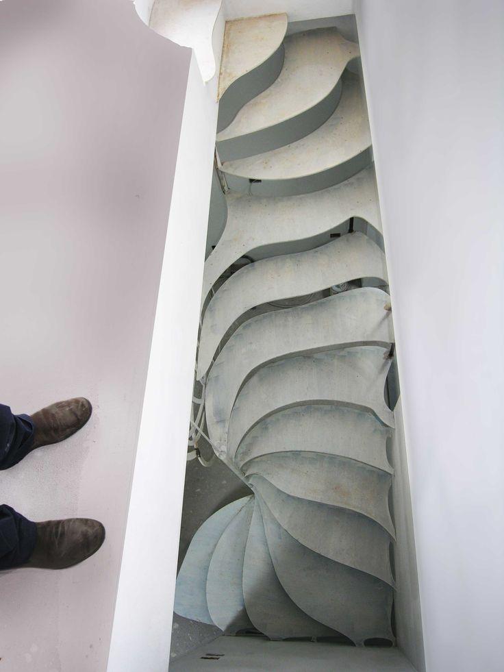 ... scala a disegno zoomorfo realizzato con parti metalliche derivate da