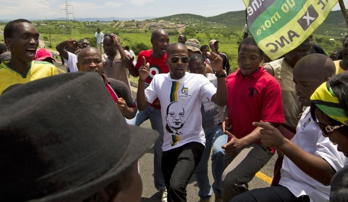 Zuma supporters block the road near his Nkandla home as DA members walk towards them. Photo: www.dailymaverick.co.za/ Reuters/ Rogan Ward