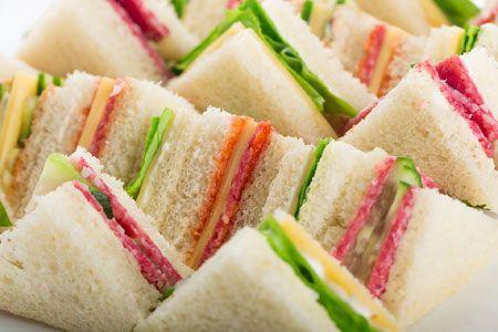 Mini sandwiches maken voor de high tea