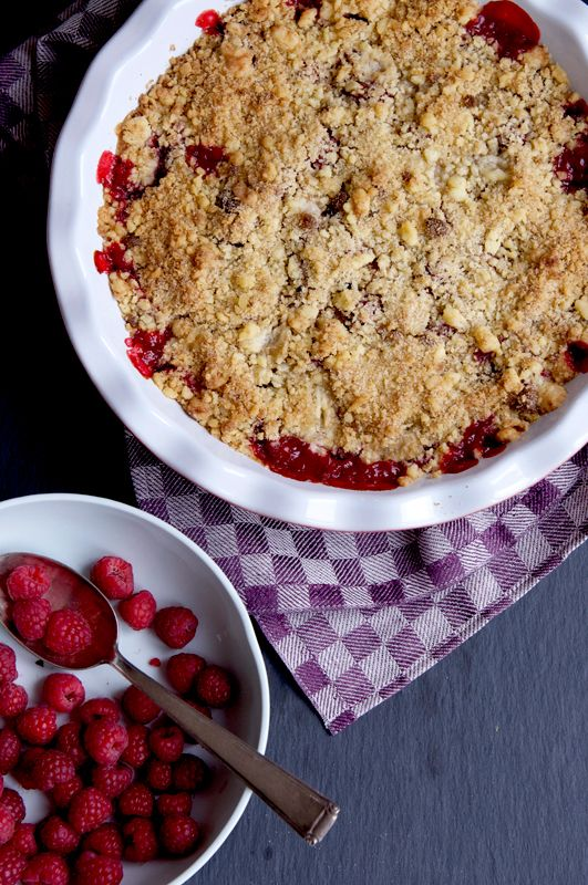 Rhubarb, Strawberry & Raspberry Crumble Recipe.  Ricetta del crumble di rabarbaro, fragola e lamponi