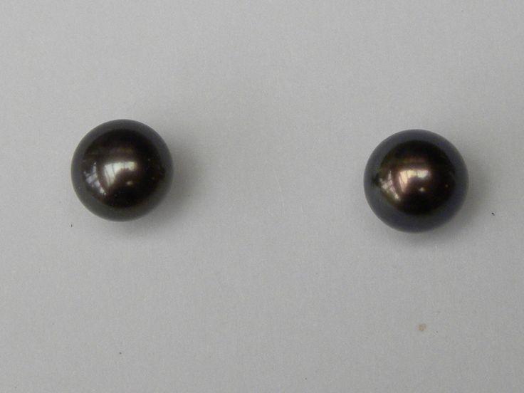 oorbellen 18kt goud met ronde zwarte parels 7mm €160 (nr 1570)