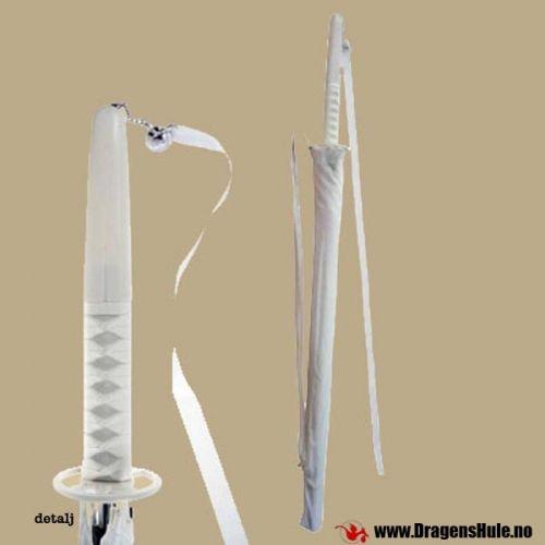 En kul paraply med samuraisverd-håndtak! Paraplydeler i lettmetall og håndtak mm. i plast. Remmer i stoff er knyttet i typisk Tsukaito-kryssmønster på håndtakene! Litt over en meter lang, håndtaket i seg selv er ca 27-30cm. Paraplystoffet er hvitt. Vi gjør oppmerksom på at det IKKE er noe skjult sverd inni paraplyen. Men det er fremdeles en veldig kul paraply!