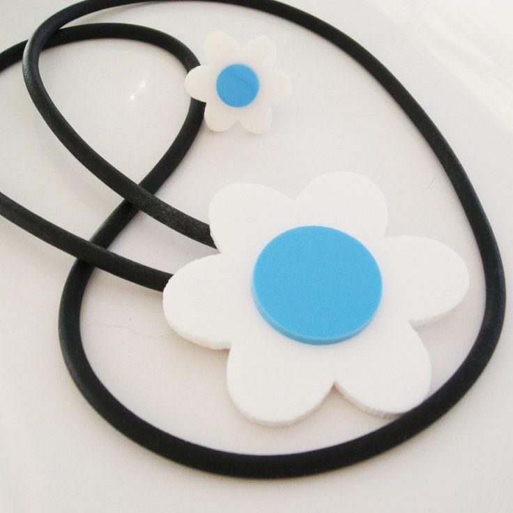 Halsband och ring, plexiglasblomma på gummilänk. Necklace and ring, plexiglass flower with rubber cord