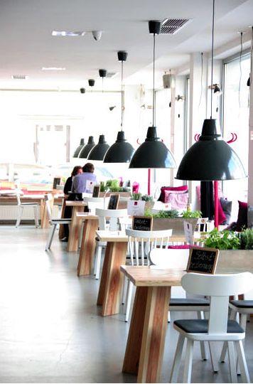 LadenLokal | Hanover, Germany holz schwarz weiß pink und grünpflanzen
