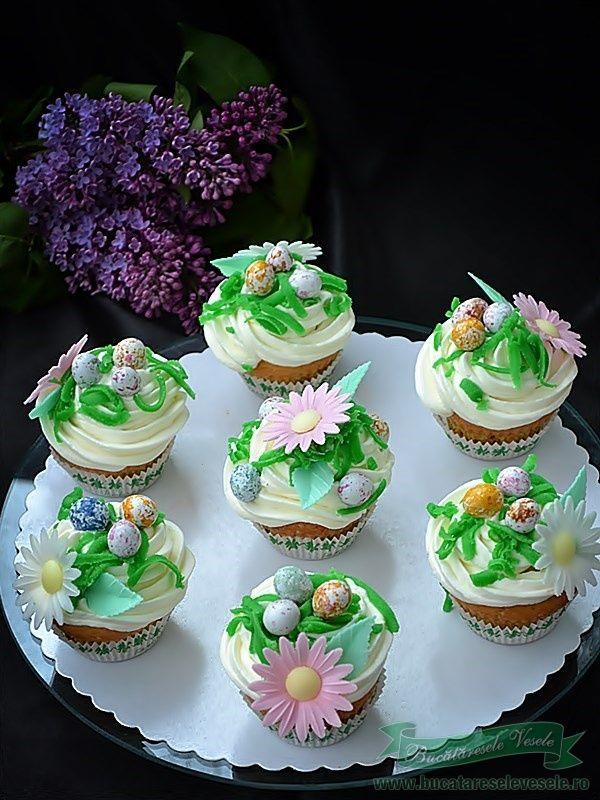 Mereu am avut de gand sa pregatesc cupcakes. A venit si timpul lor. Am pornit de la o reteta facuta de Lory, Muffins cu ananas si mascarpone, dar nu m-am rabdat sa nu modific cate ceva in reteta caci altfel nu eram eu sanatoasa toata ziua… . De cate ori posta o prajitura, un tort