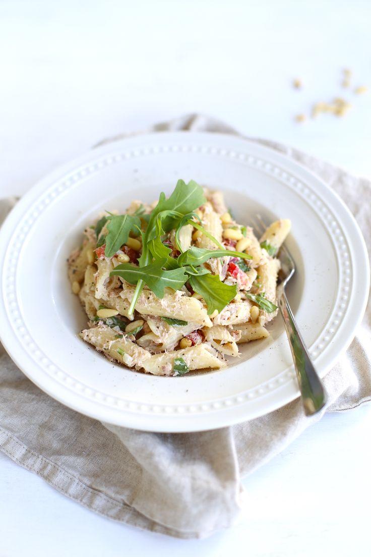 Pastasalade met tonijn en rucola (2 personen): 150 g pasta - 1 blikje tonijn - 1 ui - 2 el roomkaas/creme fraiche - handje pijnboompitten - 2 handjes rucola - paprika/tomaat/komkommer