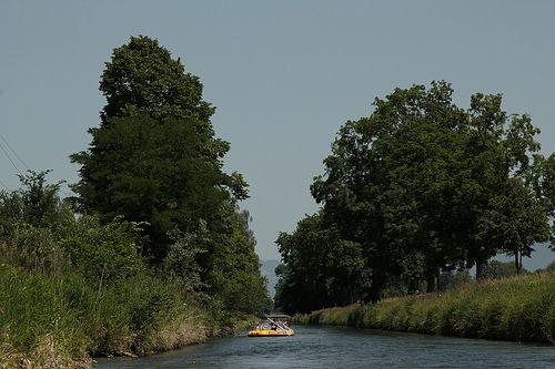 Schlauchboot ( Gummiboot ) unterwegs auf dem Rheintaler Binnenkanal zwischen T.ratthof B.algach und S.t. M.argrethen im Kanton St. Gallen in... -    Schlauchboot ( Gummiboot ) unterwegs auf dem Rheintaler Binnenkanal zwischen T.ratthof B.algach und S.t. M.argrethen im Kanton St. Gallen in der S...