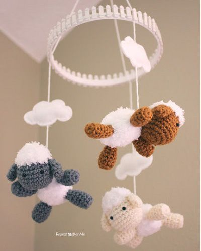 super-sweet pattern! Fuente: http://www.repeatcrafterme.com/2013/08/crochet-lamb-pattern-and-baby-mobile.html
