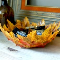 what a rad and easy DIY autumn leaf bowl to make for