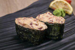 sushi japonija Суп «Зеленый чай» Отварной рис и кусочки вареного лосося (можно использовать консервы «Лосось в собственном соку») залить горячим зеленым чаем. Сверху блюдо посыпать сухими водорослями и добавить васаби. Рис отварной — 60 г, лосось вареный — 30 г, чай зеленый — 150 г, водоросли сушеные — 1 щепотка, васаби — на кончике ножа.