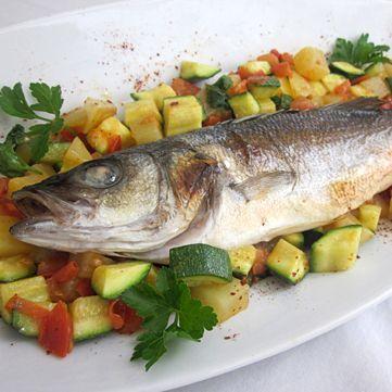 Ricetta spigola (branzino) al forno con patate e verdure