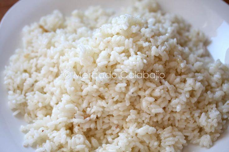 ARROZ BLANCO EN OLLA A PRESION-15 1 vaso de arroz redondo (250gr), 1 vaso y medio de agua (375gr) 1 diente de ajo, 1/2 cucharadita de sal, y 2 cucharadas de aceite de oliva.(si es arroz bomba entonces 2 vasos de agua (500gr)). Freímos el ajo en el aceite y ponemos todo en la olla, un minuto desde que esté al máximo y apagamos y dejamos sin destapar hasta que pare.