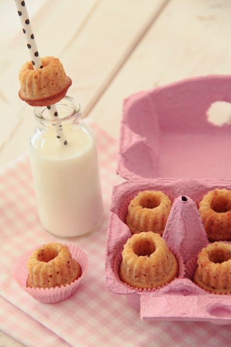 Die Glücklichmacherei:süße Eierlikör-Mandel-Gugl verpackt in rosafarbene Eierkartons sind ein liebevolles und leckeres Ostergeschenk. Rezept gibt es auf dem Blog. Die hübschen Eierkartons und Papierstrohhalme in vielen Farben findet ihr u.a. hier: www.pompomyourlife.de/shop