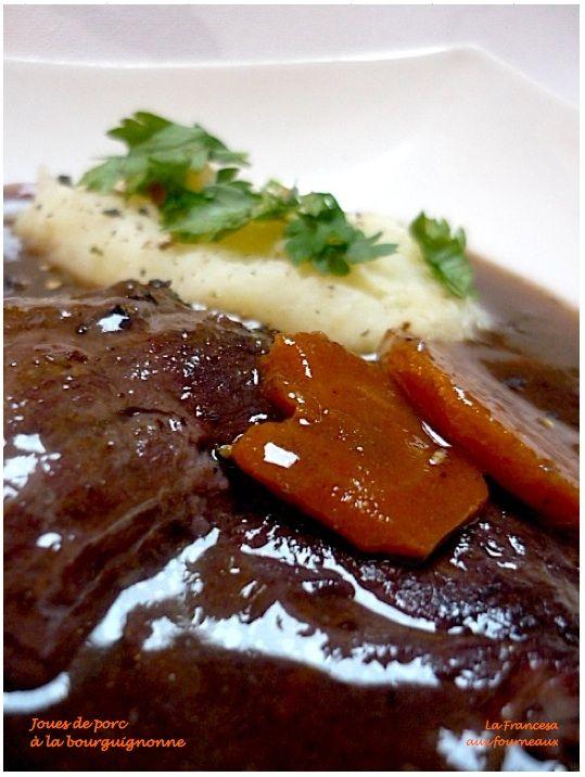 JOUES DE PORC AU VIN ROUGE (Pour 4 P : 4 joues de porc - 1 tranche de poitrine fumée - 2 l de vin rouge - 25 cl de vinaigre de vin rouge - 1 bouquet garni - 1 carotte - 1 petite branche de céleri - 1 poireau - 1 oignon piqué de 2 clous de girofle - mélange de poivres - farine blanche - graisse de canard (ou saindoux ou huile ordinaire) - sel fin marin sans anti-agglomérant - huile d'olive vierge extra (peux pas m'en empêcher) - 5 cl de marc de Bourgogne (ou un autre marc de raisin)