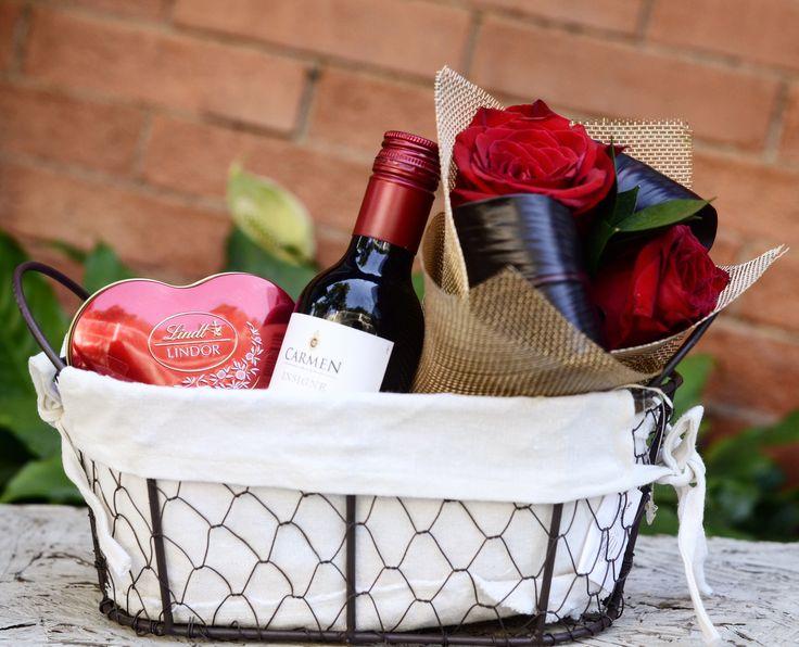 Dica de Presente: Cesta aramada, forrada com tecido e acompanhada por um vinho tinto argentino, Buquê de Rosas Vermelhas e Bombons de Chocolates Lindor da Lindt
