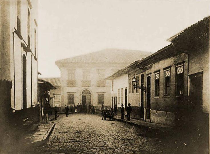 1862 - Rua Direita. Ao fundo a Casa da Baroneza, demolida posteriormente para a abertura da Praça do Patriarca. Foto de Militão Augusto de Azevedo.