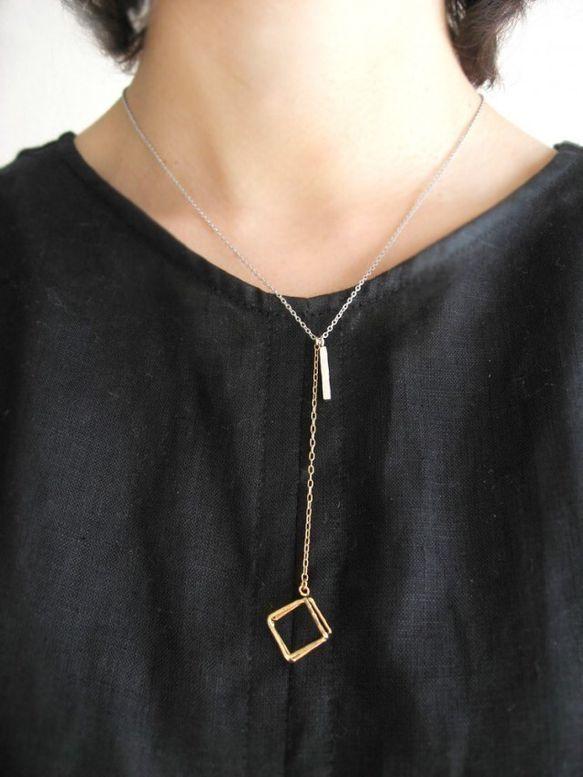 振り子 silver × gold  チェーンの先にぶら下げたフレームの立方体が揺れるネックレス。  身に着けていると、揺れてさりげなく目を惹くフォルムです。 シルバーとゴールドの2色を組み合わせました。