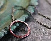 klein rondje ketting rustieke koperen ketting roze patina minimalistisch modern ronde hanger eenvoudige organische TINY RELIKWIE RING