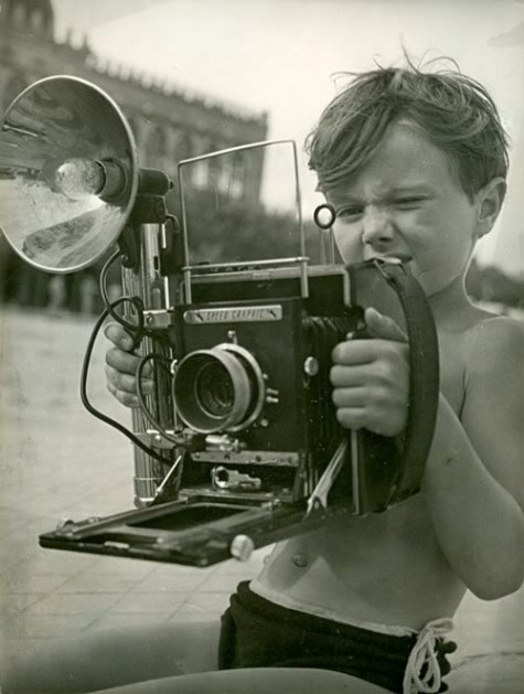 boy trying to figure out press cameraPhotographers, Old Schools, Oldschool, Vintage Pictures, Vintage Cameras, Helmut Newton, Photography, Little Boys, Old Cameras