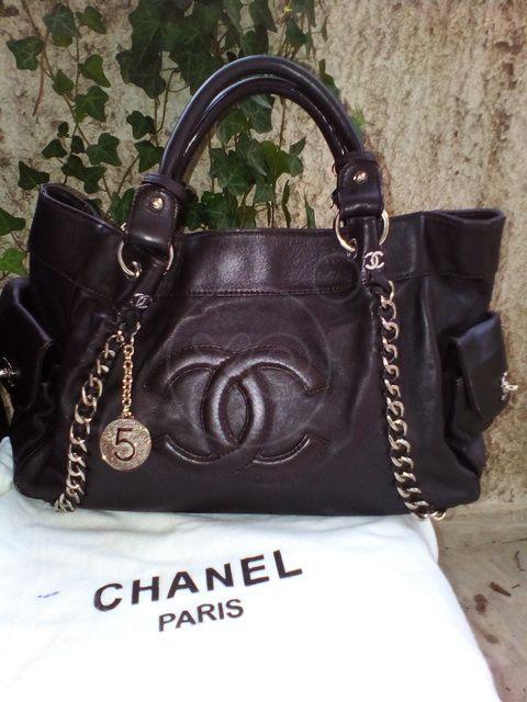 ΤΣΑΝΤΑ γυναικεία αυθεντική του οίκου Chanel, αγορασμένη στο Παρίσι με κωδικό γνησιότητας, σκούρο καφέ χρώμα, τιμή 800€