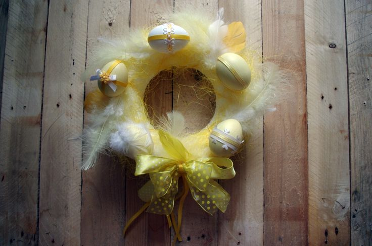 Žlutý velikonoční věnec - Tento překrásný velikonoční věnec je ozdobený žlutou mašlí, žlutým a bílým peřím. Jednotlivá vajíčka jsou ozdobena různými stužkami a krajkami. ( DIY, Hobby, Crafts, Homemade, Handmade, Creative, Ideas)