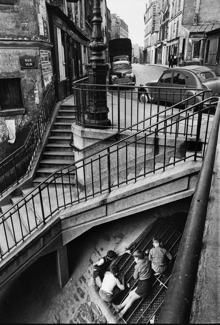 luzfosca:  Willy Ronis Au coin des rues Piat et Vilin. Sur les escaliers de la rue Vilin, Paris, Belleville, 1959.