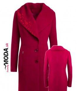 Originálny vlnený červený dámsky zimný kabát so šálovým límcom, v dĺžke po kolená a ručne robenou aplikáciou v top trendy farbe tohtoročnej zimy-marsala. - trendymoda.sk