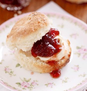 Scones with quick & easy strawberry jam