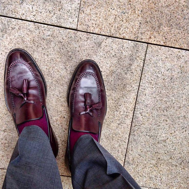 szenenvonhierundanderswo:  Bommel im Einsatz. :-) #mensshoes #shoes #Schuhe #sotd #Loafer (hier: Adina Apartment Hotel Berlin Hauptbahnhof)