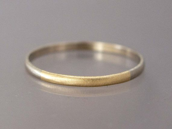 Eine Viertel dieser Band besteht aus Ihrer Wahl gelb oder Rotgold, der Rest-Weissgold, verheiratet zusammen. Wenn ein Juwelier über Ehe spricht meinen wir oft die ständige Verbindung von zwei Metallen. Diese Symbolik mit diesem zarten handgefertigte Eheringe teilen. Wählen Sie die Matte Oberfläche wie gezeigt oder eine polierte Oberfläche.  Von hand gefertigt aus solid 14k halben Runddraht, 1,5 mm breit und .75 dick, zart und feminin aber stark genug für den täglichen Verschleiß. Ich liebe…