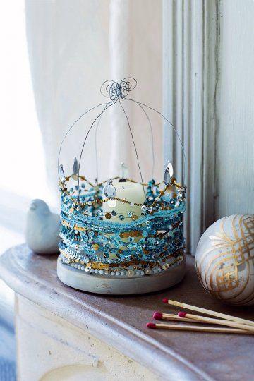 Photophore en fil de fer et paillettes bleues et dorées comme une cage dorée dans Marie Claire Idees Magazine