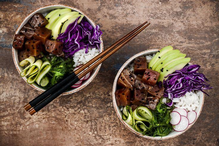 De op sushi geïnspireerde poke bowl is ontzettend makkelijk te maken en ook nog eens super lekker. Probeer nu ons recept met avocado, zeewier en tonijn.