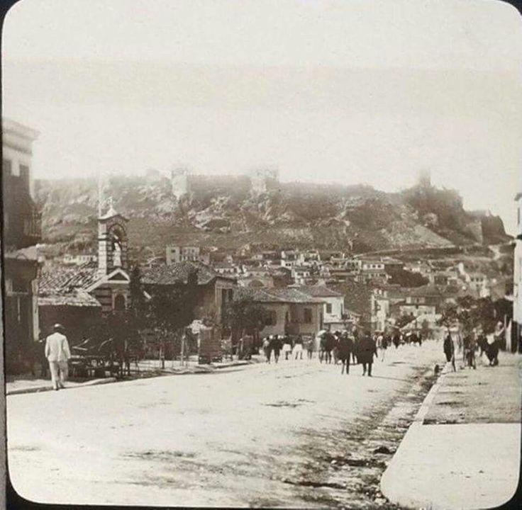 Αθήνα 1865-1870. Σπάνια απεικόνιση της οδού Αθηνάς. Φωτογράφος: Marie-Claude Ferrier. Το εκκλησάκι αριστερά είναι η Αγία Κυριακή στην αρχική της μορφή.