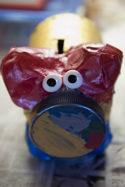 Homemade Piggy Banks - Teach your children about the value of money! #DIY