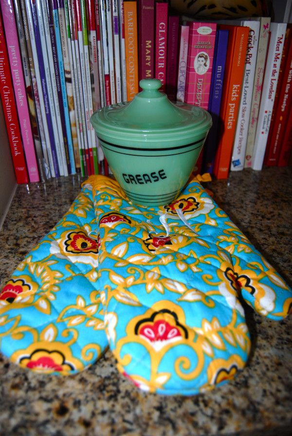 A grease bowl for all the leftover bacon grease! And monogrammed oven mitts :): Grea Bowls, Monograms Ovens, Bacon Grease, Leftover Bacon, Grease Bowls, Ovens Mitts