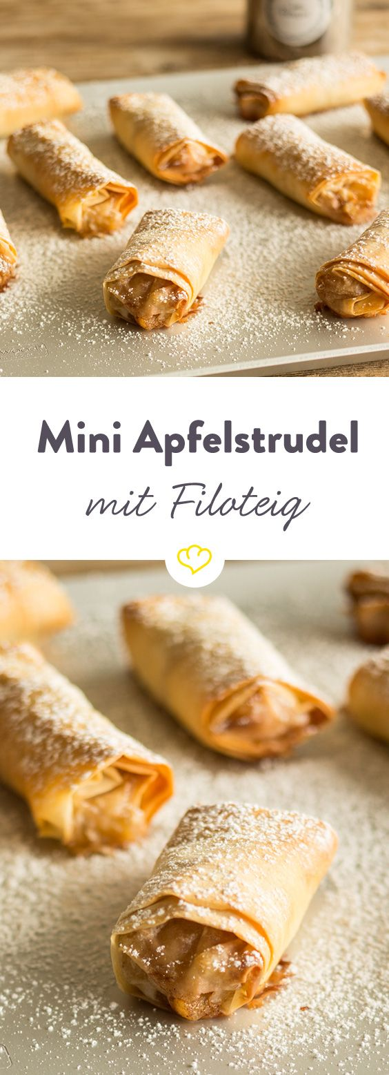 Dieser Apfelstrudel im Mini-Format wird aus dünnem Filoteig gezaubert und macht sich wunderbar als Häppchen auf dem Kaffeetisch.