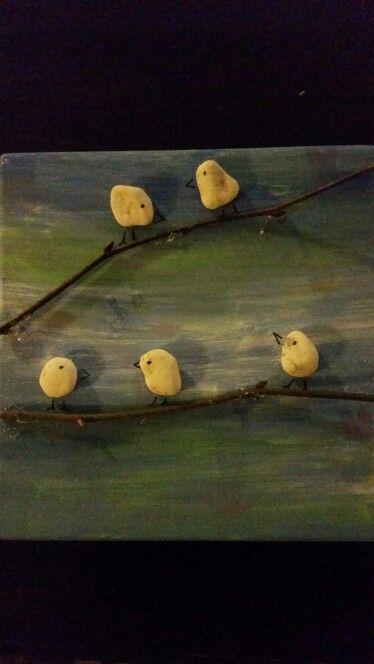 Kiezelstenen als vogels op een tak. Birds stones twig.