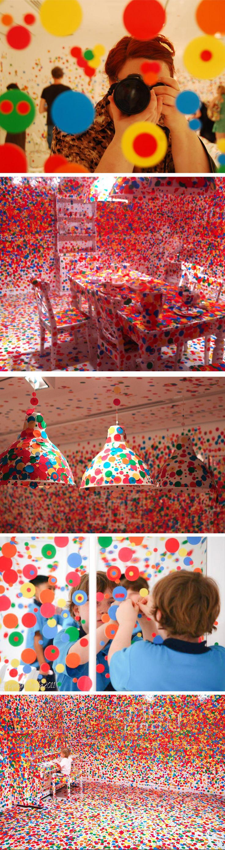 Yayoi Kusamaconstruiu na Queensland Gallery of Modern Art, uma instalação chamada The Obliteration Roomimitando um ambiente doméstico, na qual todas as paredes e móveis são brancas. Cada criança que chegasse para visitar a exposição ganhava diversos adesivos coloridos em forma de círculos, para que pudessem transformar o ambiente numa ...