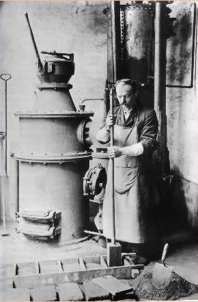 Métiers d'autrefois :briquetier utilisant un moule pour fabrication de briquettes