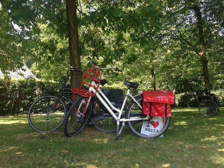 In Utrecht met de fiets. Lotte nam de tas mee en deze kleurt prima bij haar fiets.  De I love media fietstas