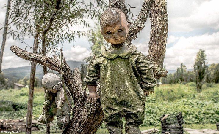"""Você é do tipo que morre de medo de bonecas? Então faça de tudo, menos ir à """"Ilha das Bonecas Macabras"""". Confira fotos assustadoras do local!"""